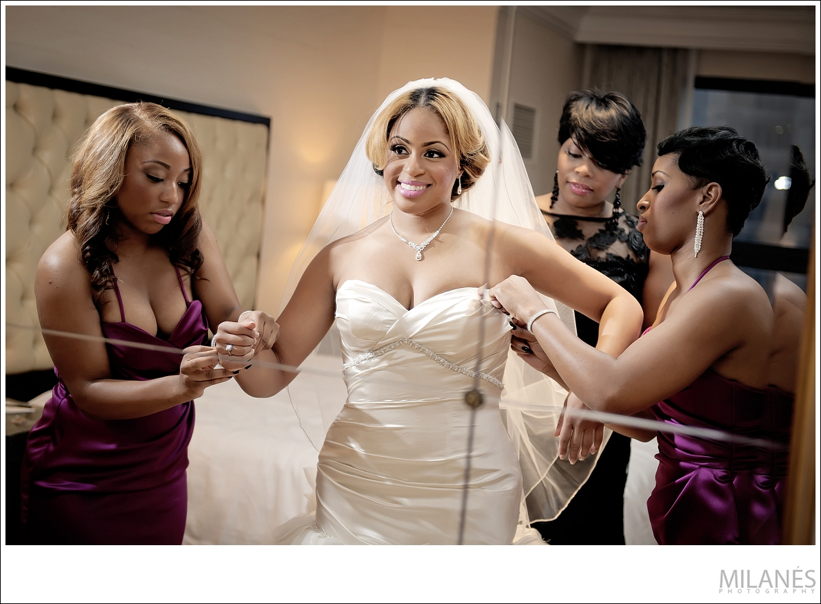 bride_getting_ready_dress_veil_sisters_mother_family_mirror_smile
