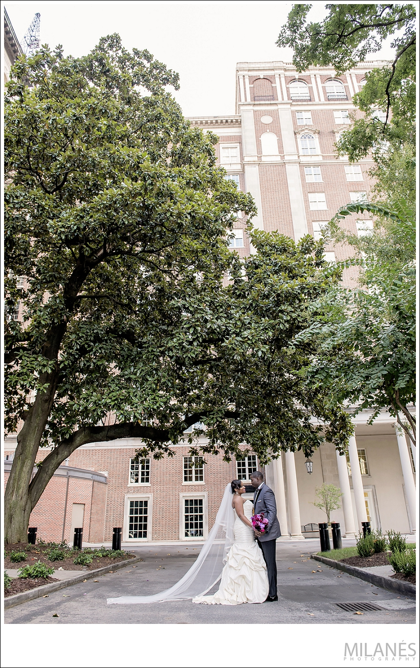 wedding_bride_groom_kiss_city